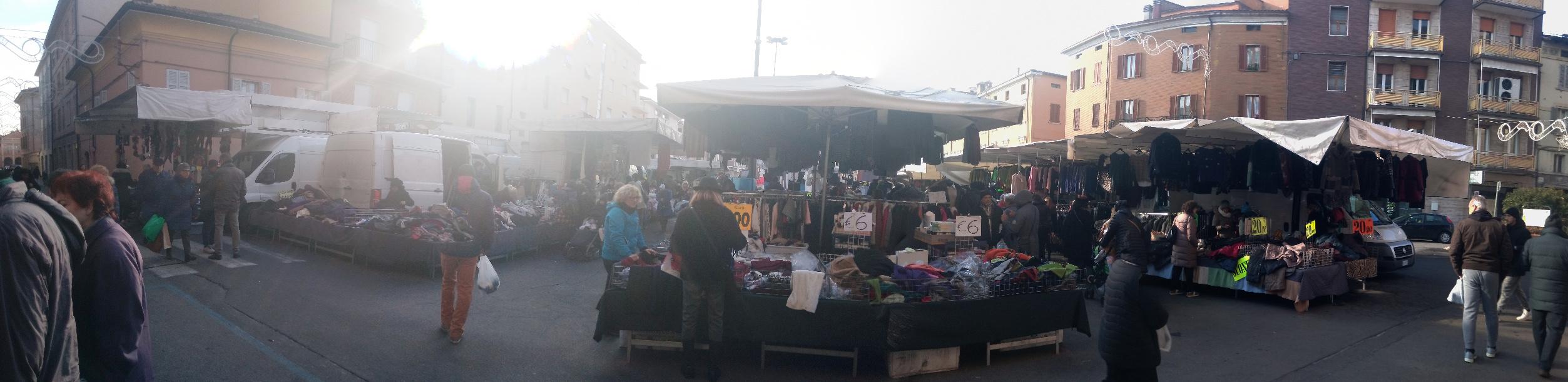 Markt und Eisbahn in Sassuolo