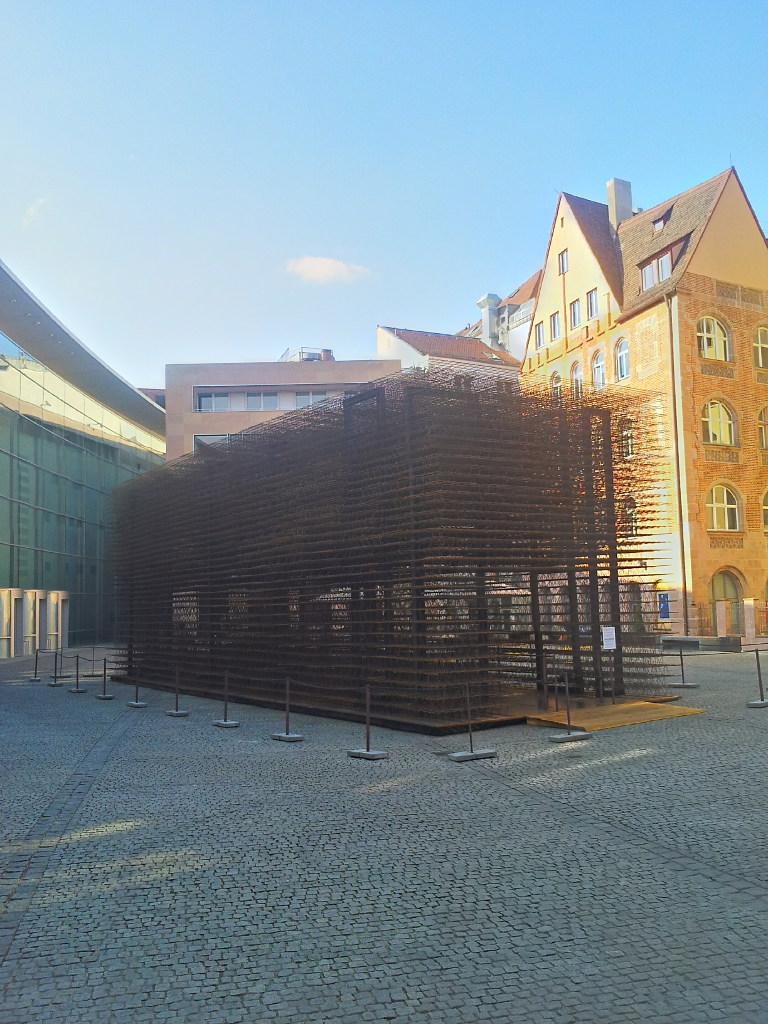 Der Platz vor dem neuen Museum